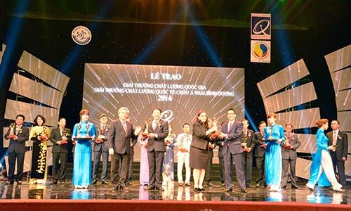 Ths. Hoàng Minh Châu, Giám đốc Công ty Nam Dược nhận Giải Vàng Chất lượng Quốc gia 2014.