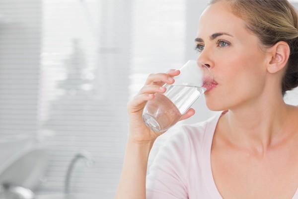 Uống đủ nước để khắc phục tình trạng khô hạn sau sinh