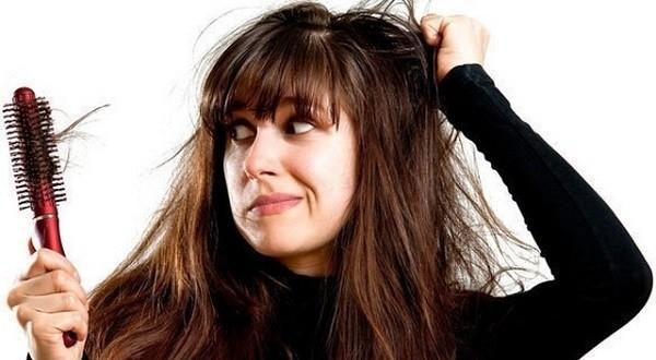 Rụng tóc quá nhiều có thể là một biểu hiện của hội chứng buồng trứng đa nang