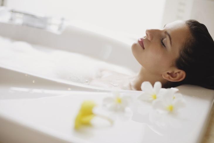 Tắm nước ấm giúp giảm đau rất tốt các triệu trứng của rối loạn kinh nguyệt
