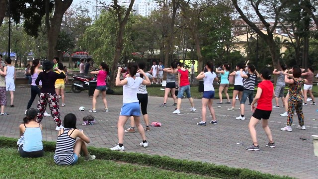 moi-nguoi-thuong-tap-aerobic-theo-nhom-voi-nhau