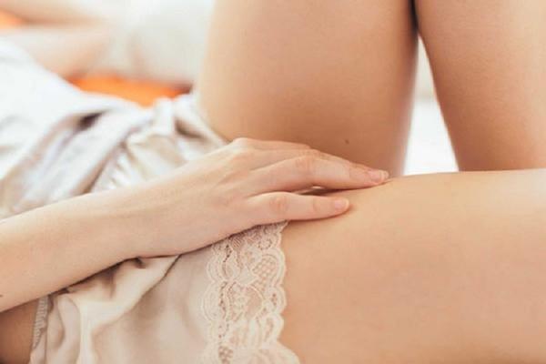 Khô hạn là nguyên nhân dẫn đến tình trạng đau rát âm đạo khi quan hệ